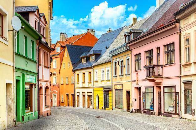 Kleine straatmening met kleurrijke huizen in loket, tsjechië