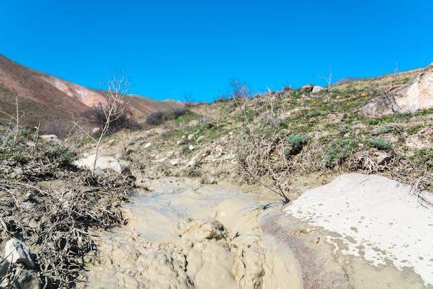 Kleine stroom met modderig water in de hooglanden