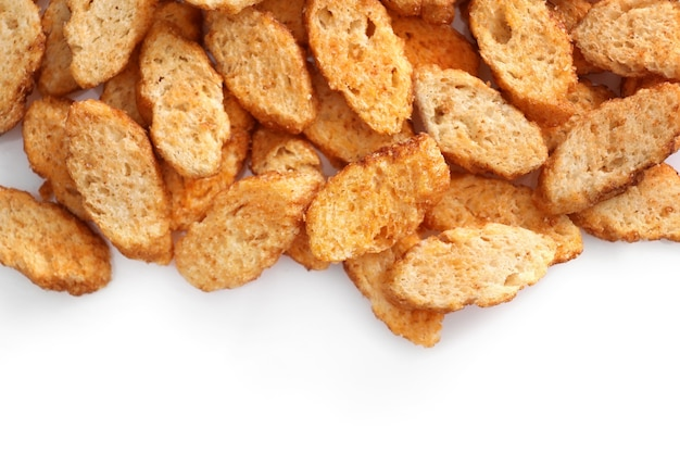 Kleine stukjes gedroogd brood geïsoleerd op wit