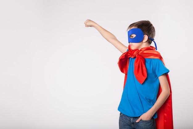 Kleine superman jongen stak zijn hand op