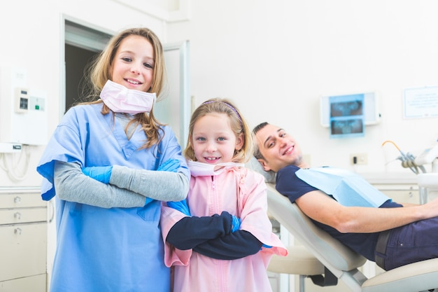 Kleine tandartsen portret in de studio.