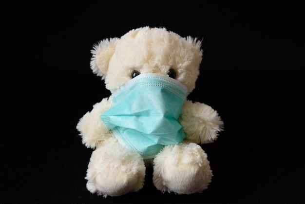 Kleine teddybeer in een medisch masker