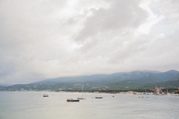 Kleine toeristenjachten en vissersboten zonder mensen bij slecht weer