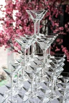 Kleine toren van lege champagne `s of wijnglas in bruiloft receptie partij