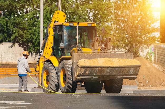 Kleine tractor bij bouwwerf. zware machines concept foto