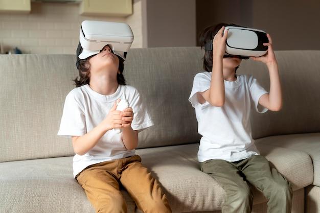 Kleine tweeling speelt een virtual reality-spel