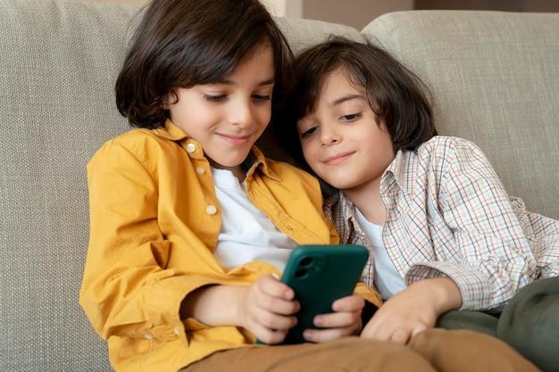 Kleine tweeling spelen op een smartphone