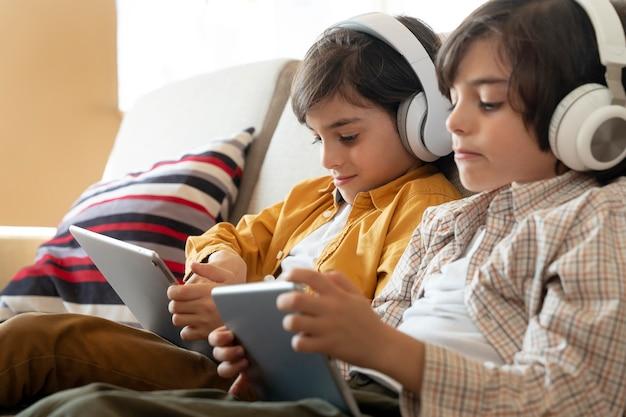 Kleine tweeling spelen op hun tablet