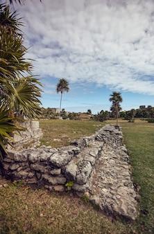 Kleine verdiepingen van sommige gebouwen die dateren uit de maya-beschaving in tulum in mexico.
