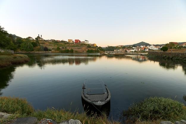 Kleine verlaten boot aan de monding van de rivier verdugo in galicië