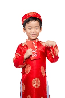 Kleine vietnamese jongen met rode enveloppen voor tet. het woord betekent dubbel geluk. het is het geschenk in het nieuwe maanjaar of tet holiday op rode isolerende achtergrond.