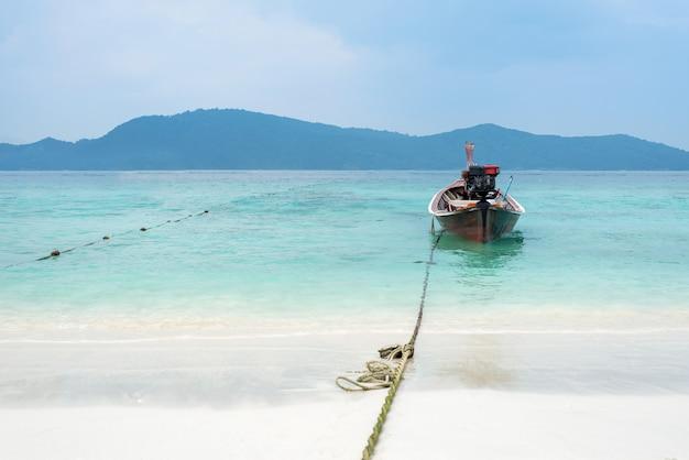 Kleine vissersboot op de zee