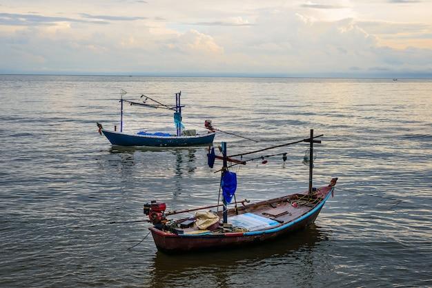 Kleine vissersboten in de zee hua hin, thailand