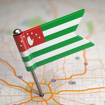 Kleine vlag van de democratische volksrepubliek algerije op een kaartachtergrond met selectieve aandacht.