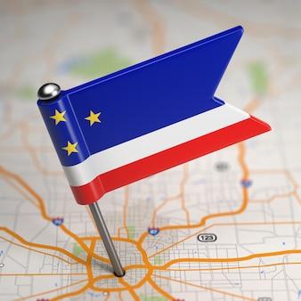 Kleine vlag van gagauzia op de achtergrond van een kaart met selectieve aandacht.