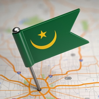 Kleine vlag van mauritanië op de achtergrond van een kaart met selectieve aandacht.