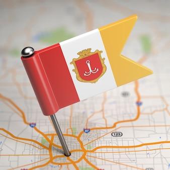 Kleine vlag van odessa geplakt op de kaartachtergrond met selectieve aandacht.