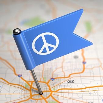 Kleine vlag van pacifisme op de achtergrond van een kaart met selectieve aandacht.