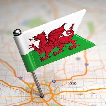 Kleine vlag van wales op de achtergrond van een kaart met selectieve aandacht.