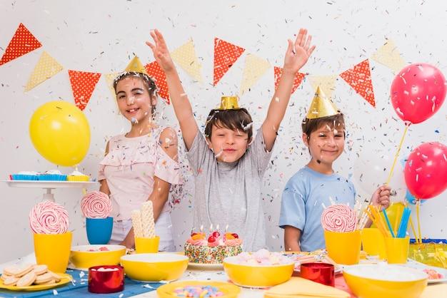 Kleine vrienden die verjaardagsviering thuis genieten