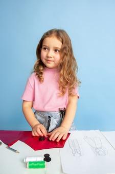 Kleine vrouw droomt van toekomstig beroep van naaister