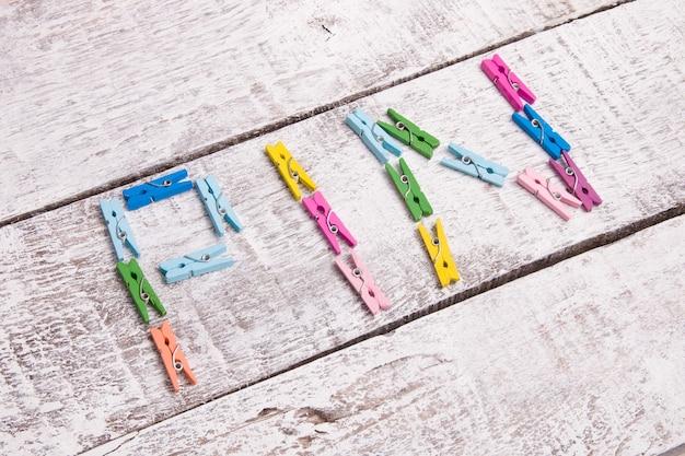 Kleine wasknijpers op een houten achtergrondwoordspeld