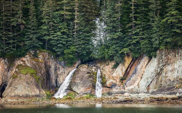 Kleine waterval aan de kust van alaska.