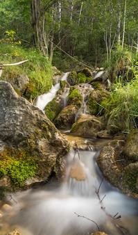 Kleine waterval gelegen in andorra