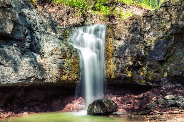 Kleine waterval in het bos in de buurt van vladivostok, rusland