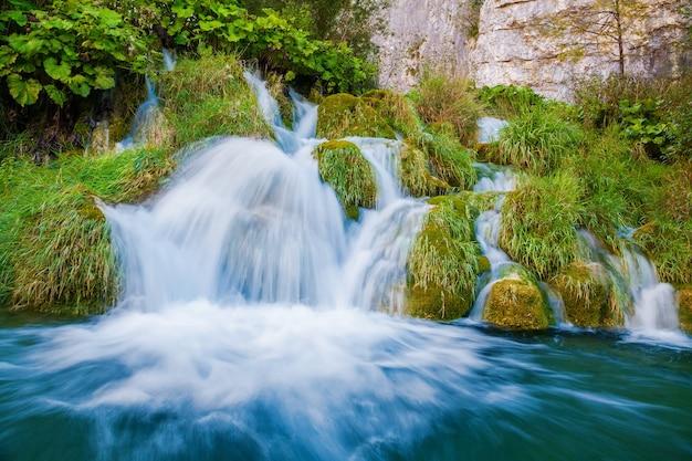 Kleine waterval in nationaal park plitvice, kroatië