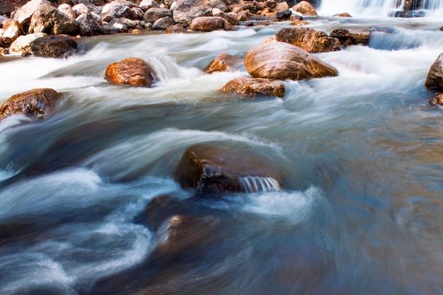 Kleine waterval in waterstroom