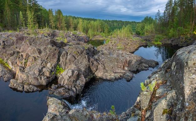 Kleine waterval op arme porog, drempel, aan de rivier suna karelia, russische landschapszomer