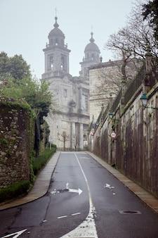 Kleine weg in de stad santiago de compostela op een bewolkte dag.