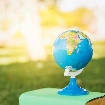 Kleine wereld op leerboek in park