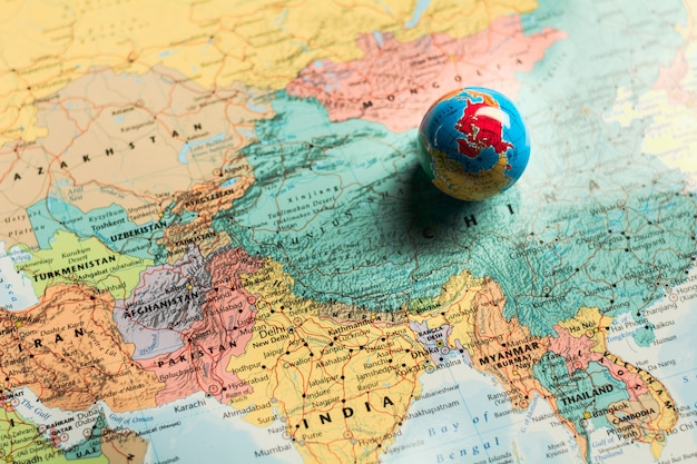 Kleine wereldbol bal op wereldkaart. - bedrijfs- en toekomstconcept.