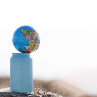 Kleine wereldbol bovenop de fles