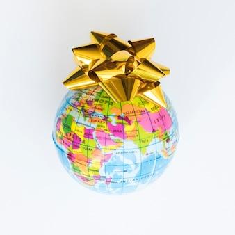 Kleine wereldbol met strik