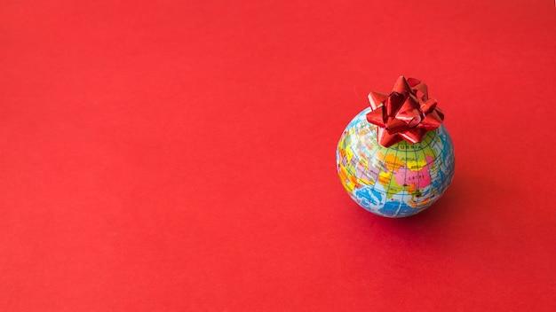 Kleine wereldkaart met strik