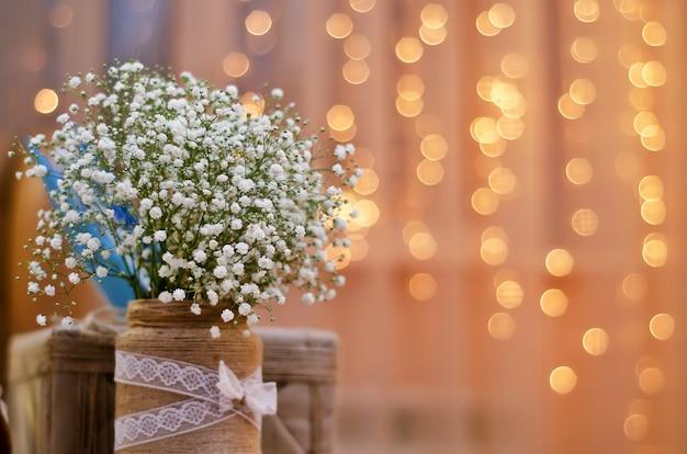 Kleine witte bloemen op gele lantaarns