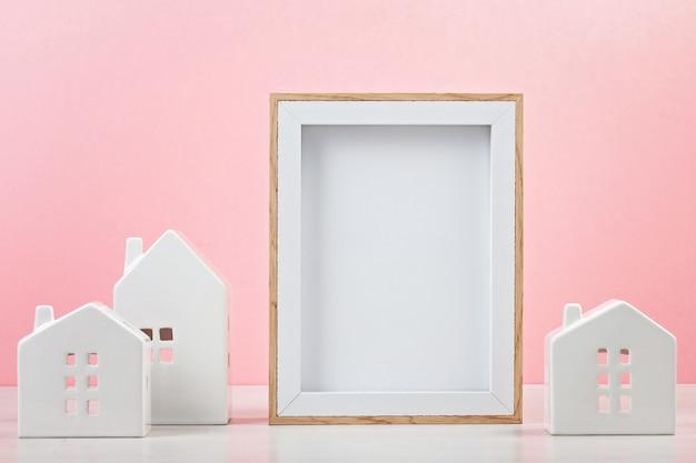 Kleine witte huizen met het mockupkader met de exemplaarruimte voor tekst