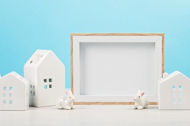 Kleine witte huizen met het modelframe met de exemplaarruimte voor tekst.