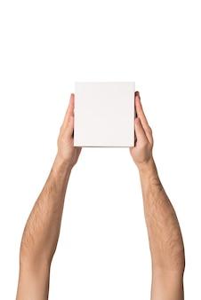 Kleine witte kartonnen dozen in mannelijke handen. bovenaanzicht isoleren