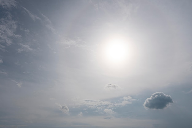 Kleine wolk en zon aan de hemel