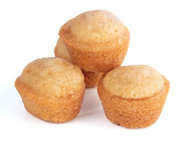 Kleine zachte cakes naar smaak op een wit oppervlak