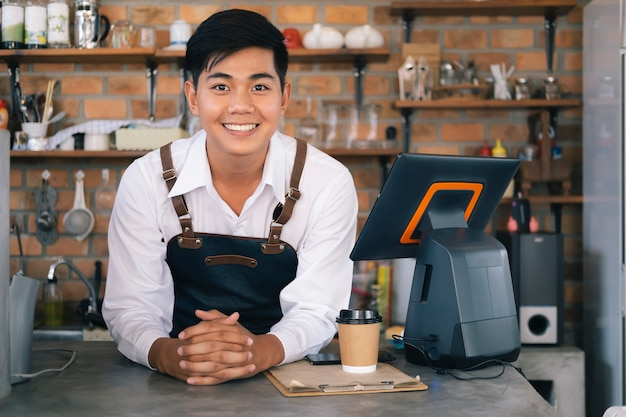 Kleine zakelijke gelukkige eigenaar van een koffiecafé.