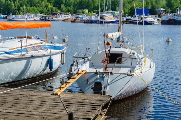 Kleine zeilboten afgemeerd aan een houten pier