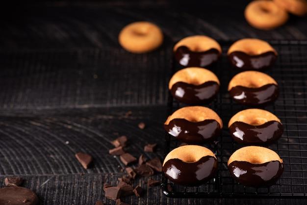 Kleine zelfgemaakte donuts met chocoladesuikerglazuur