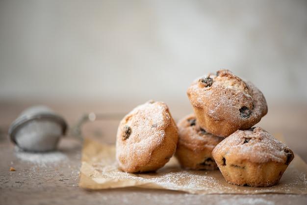 Kleine zelfgemaakte muffins met kaneel, chocolade en rozijnen