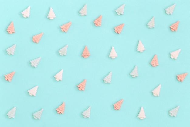 Kleine zoete bonte chocolade snoepjes in de vorm van kerstbomen