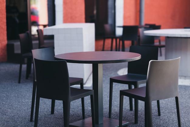 Kleine zomercafés op straat, een plek om te ontspannen, tafel en stoelen voor een café